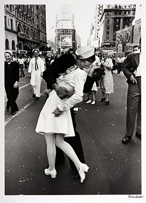 WWII sailor kissing nurse sculpture lands in Normandy