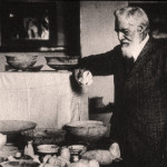 British archaeologist Sir William Matthew Flinders Petrie exhibiting material from a site in Iraq, circa 1922. Image courtesy of Wikimedia Commons.