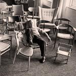 Hans J. Wegner in einem seiner erinnerungswürdigsten Stühle. Foto mit freundlicher Genehmigung von Design Museum Denmark.