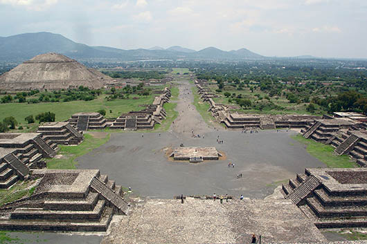 View of the Avenue of the Dead and the Pyramid of the Sun in Teotihuacan. Image by JackHynes, courtesy of Wikimedia Commons.