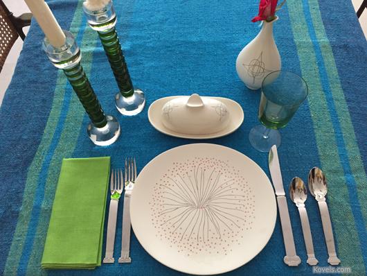 Reflecting her love of modern design, Kim Kovel created this elegant midcentury tablescape using dinnerware designed by Eva Zeisel for Hall China Co. Image courtesy of Kovels.com
