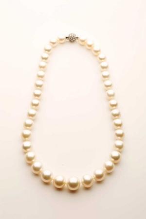 Lotto 39, Collana un filo di 35 perle australiane coltivate a digradare (misure da 15.5 a 11.5 mm), cts. 570.77, chiusura a boule in oro bianco 18 kt con brillanti, cts. 1.50 circa. Lunghezza cm 48, Stima €13.000-18.000, Courtesy Minerva Auctions