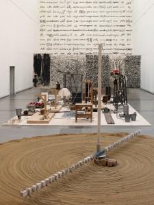 Blick auf die Installation in der Günther Uecker Ausstellung, mit 'Sandmühle' im Vordergrund. © Kunstsammlung Nordrhein-Westfallen. Foto von Nic Tenwiggenhorn