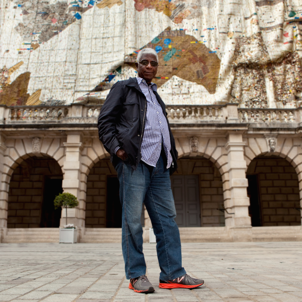 El Anatsui, winner of the prestigious Venice Biennale Golden Lion Award 2015, in front of the Royal Academy of Arts, London. Photo © Jonathan Greet. Image courtesy October Gallery, London.