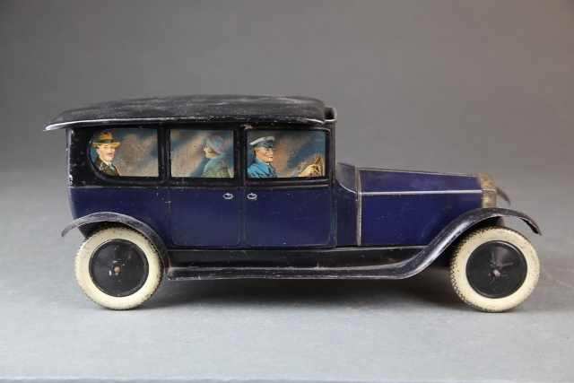 Lot 7 – Crawford figural Rolls Royce limo biscuit tin, 1920s. Estimate: $800-$1,200, Quinn Galleries Image