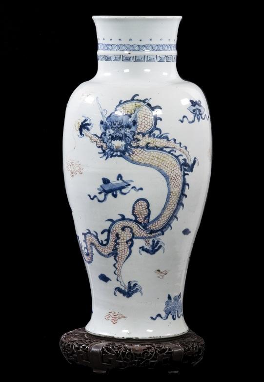 Ming dynasty Zhangzhou Swatow dragon vase, estimated at $4,000-$6,000