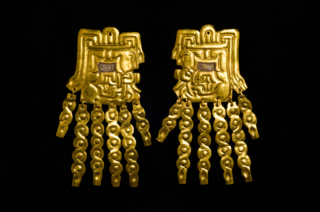 Gold alloy and shell ear plates with feline features, Peru, 800–550 BCE. Museo Kuntur Wasi