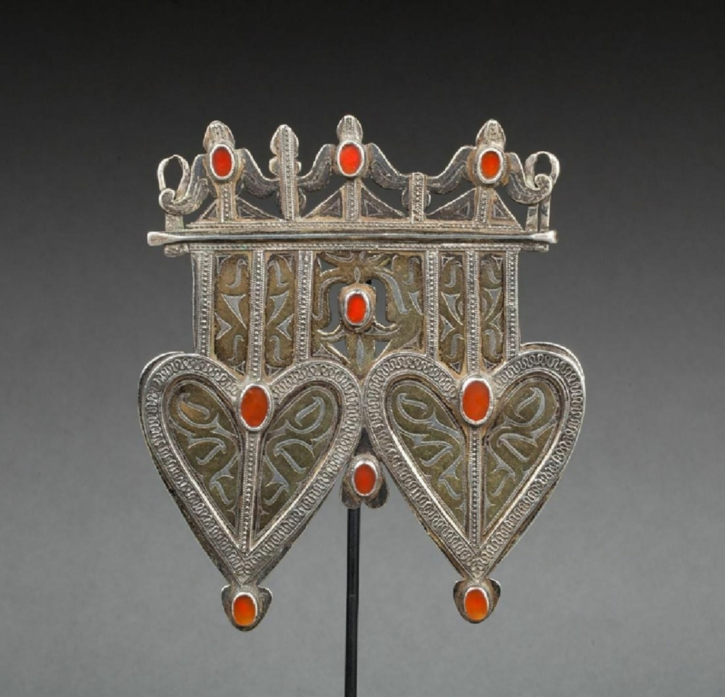 This double-heart Goza Asyk pendant decorated with repeated patterns and filigree sold for €320 ($377) plus the buyer's premium in 2017. Image courtesy of Origine Auction and LiveAuctioneers